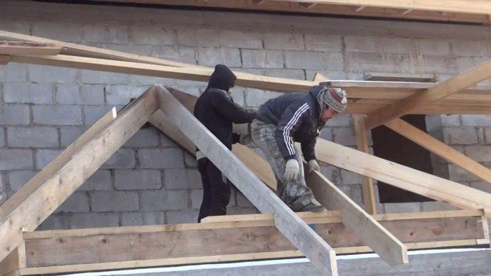 монтаж трехскатной крыши