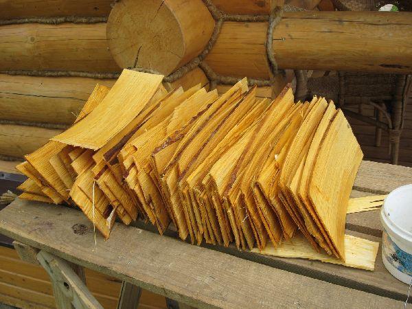 дранку нарезают пластинами из древесины