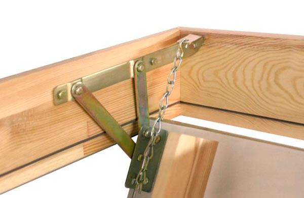 крепление лестницы к люку чердака