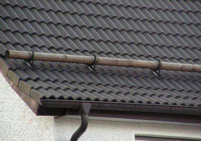 бревно для сдерживания снега на крыше